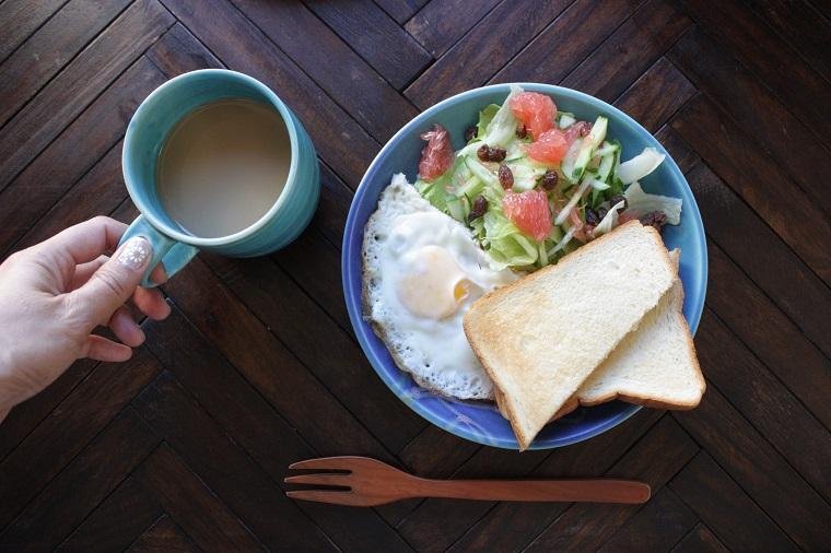今日の朝食|やちむんの皿で